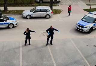 Policjanci na służbie tańczą dla dzieci