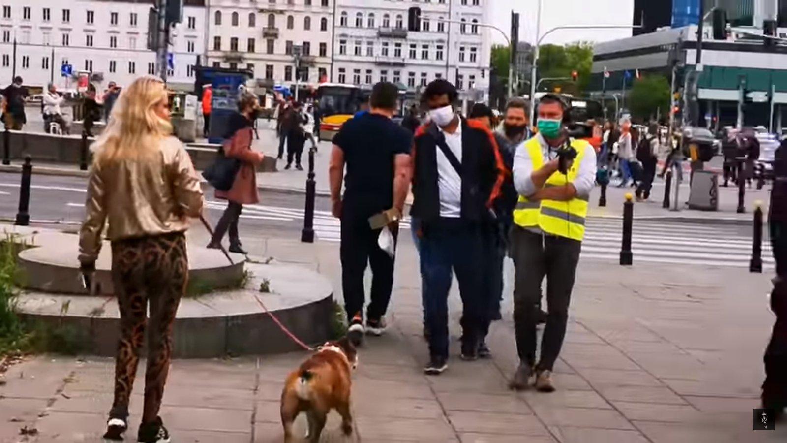 Policja i kobieta z psem