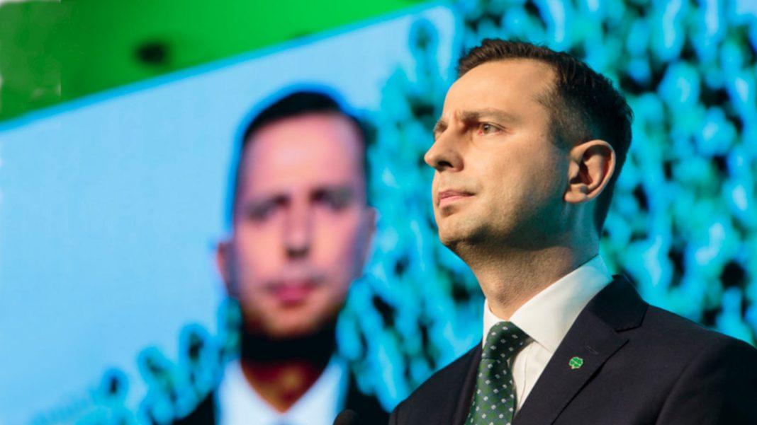Propolski.pl - Kosiniak-Kamysz stoi na zielonym tle, zdjęcie komentarza