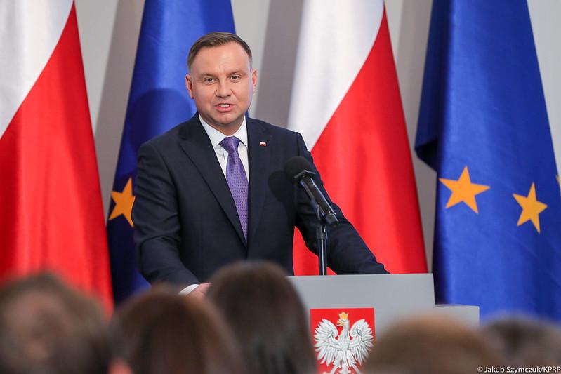 propolski.pl - Andrzej Duda na tle flag stojący, stand