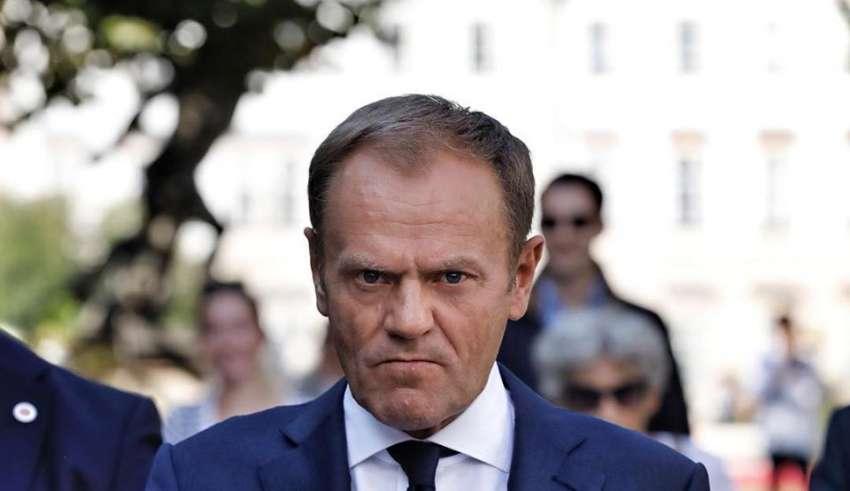 propolski.pl - Donald Tusk z łyżeczką je loda, różowy, błekitny garnitur
