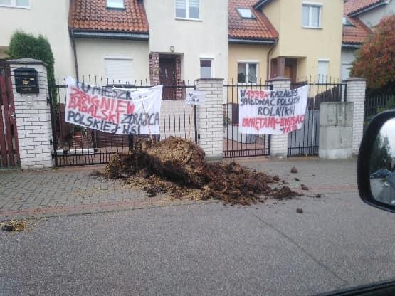 propolski.pl: Rolnicy rozsypali obornik pod domami posłów PiS