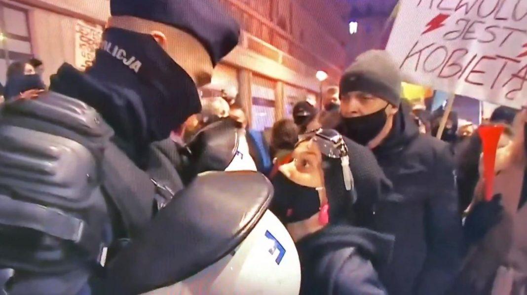 propolski.pl: Feministka obraża policjanta. Jego odpowiedź zwala z nóg