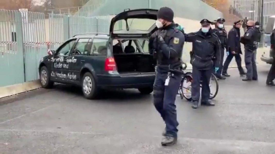 propolski.pl: Auto zatrzymało się na bramie biura Angeli Merkel