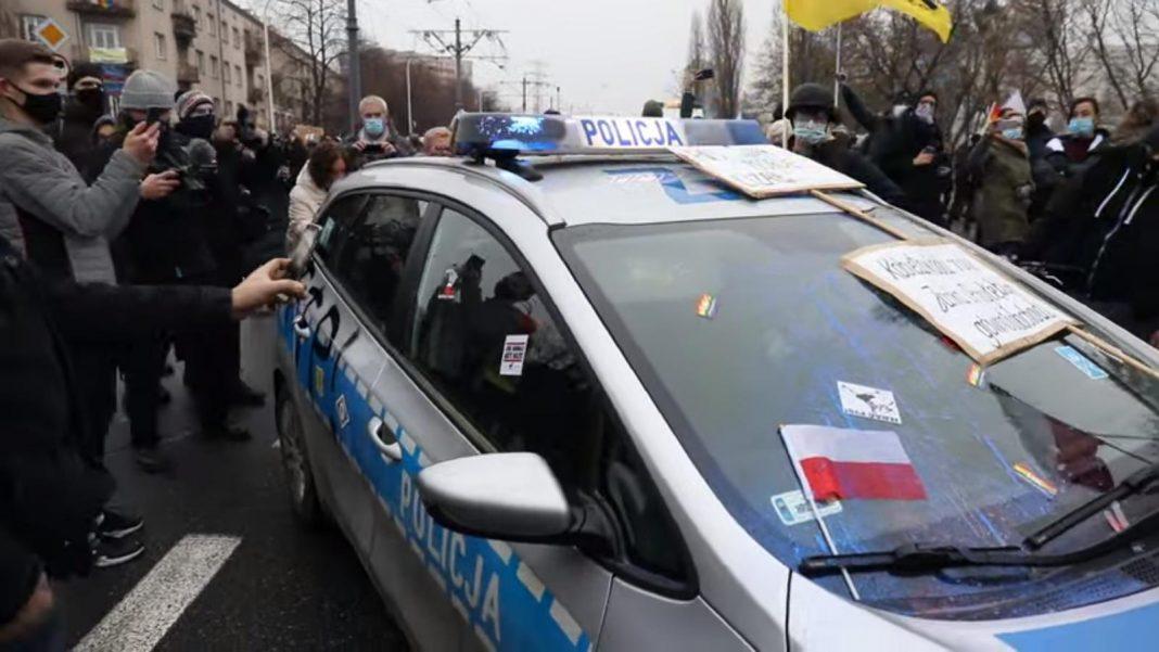 propolski.pl: Uczestnicy Strajku Kobiet zdewastowali radiowóz
