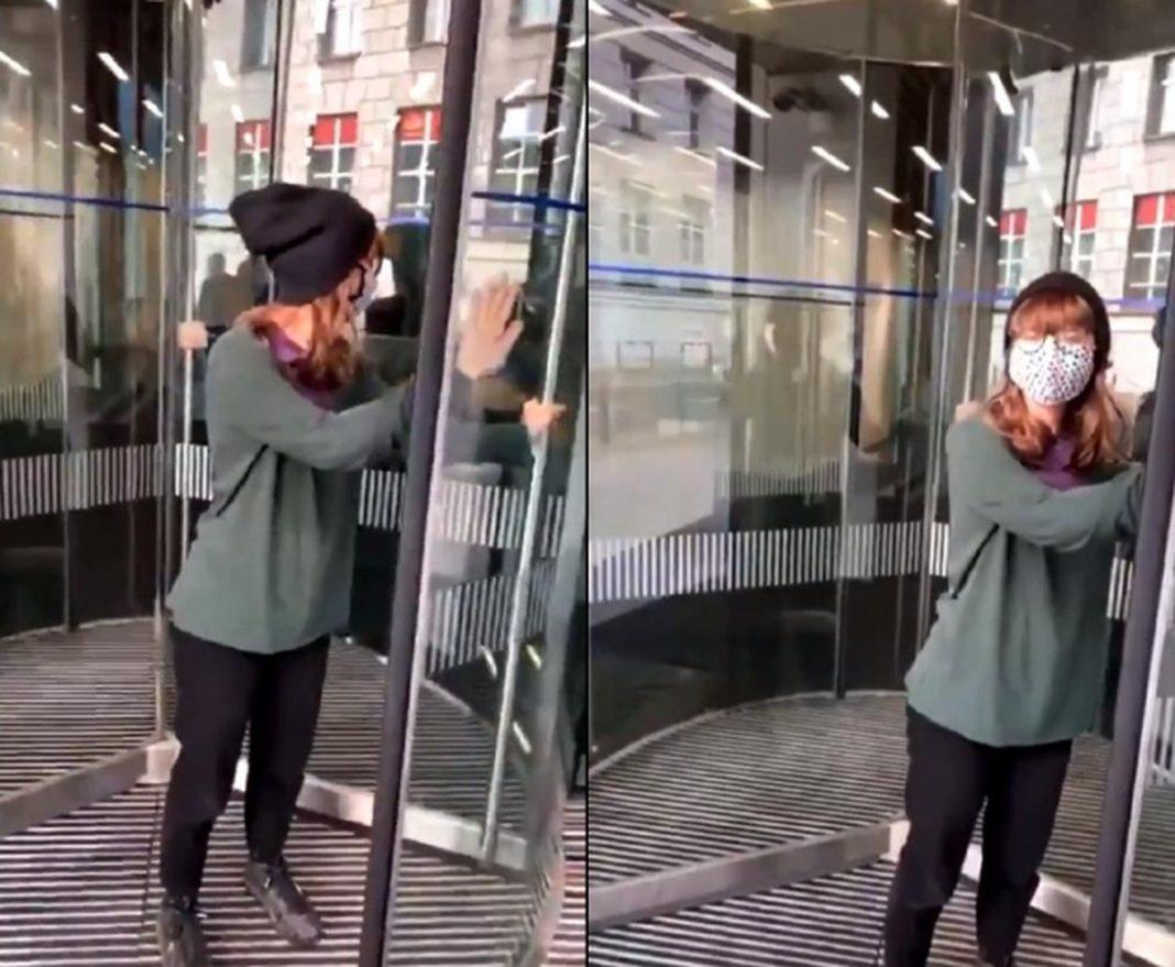 propolski.pl: Aktywistka przykleiła się do drzwi kancelarii