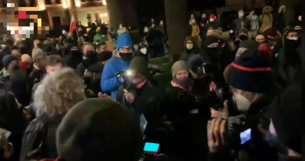 propolski.pl: Marta Lempart atakuje dziennikarzy Mediów Narodowych. Wtórują jej manifestanci [WIDEO]