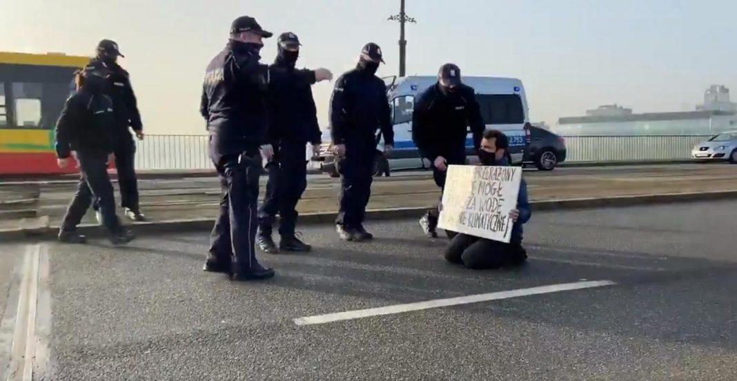 propolski.pl: Mężczyzna protestował na moście Poniatowskiego