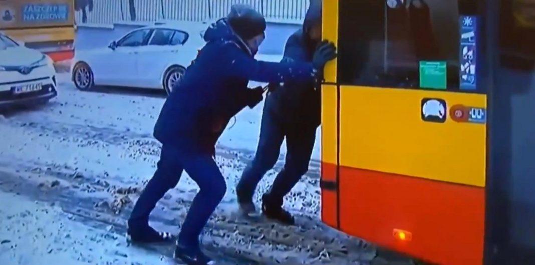 propolski.pl: Pasażer pchał autobus, a dziennikarz TVN24 zadawał mu pytania
