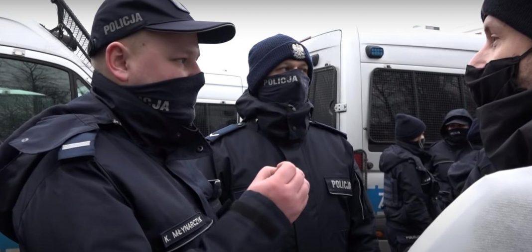 propolski.pl: Protestujący pasterz w potyczce językowej z policjantem