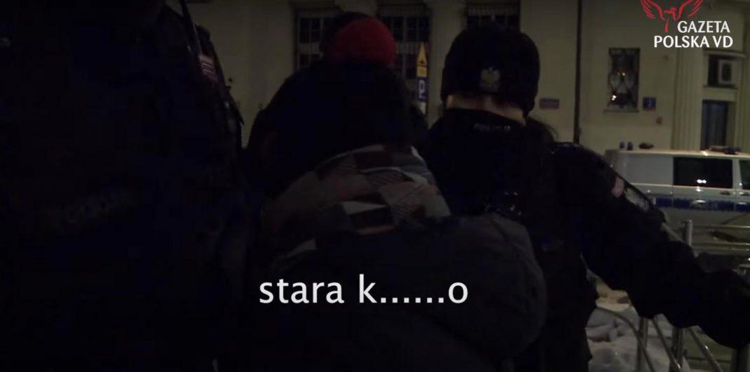 """propolski.pl: Strajk Kobiet: Uczestniczka obrażała policjantkę: """"Ty stara kur..."""". Reakcja funkcjonariuszki zaskakuje [WIDEO]"""