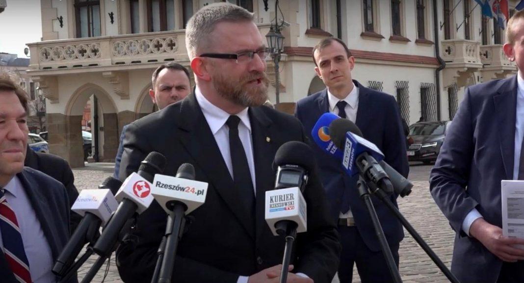 propolski.pl: Poseł Braun notorycznie nie nosił maseczki. Ile pieniędzy stracił za karę?