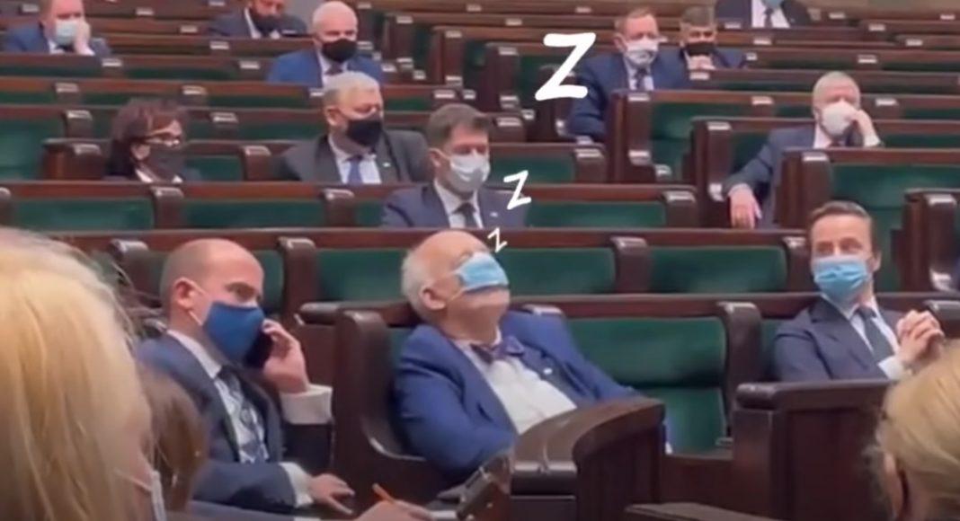 propolski.pl: [video] Korwin-Mikke zasnął podczas przemówienia premiera Mateusza Morawieckiego. Oto, co robił Budka