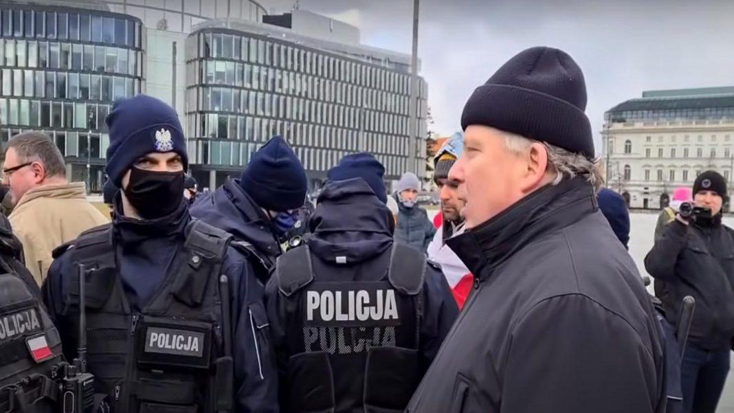 propolski.pl: Protestujący ostro do policji: Na co przysięgałeś? Czego k***a nie rozumiesz?! [WIDEO]