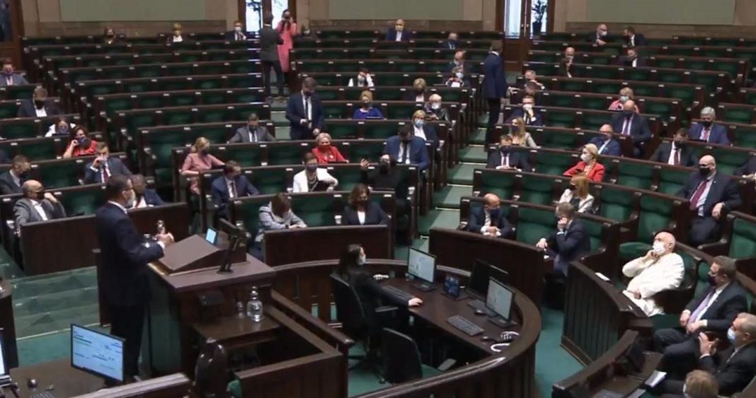 propolski.pl: Posłowie opozycji robili sobie zdjęcia podczas przemówienia premiera