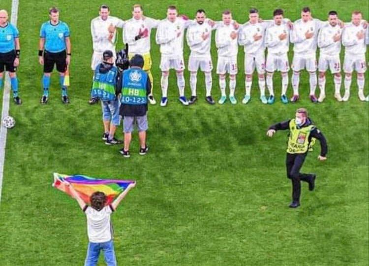 propolski.pl: Kibic reprezentacji Niemiec wbiegł na murawę z tęczową flagą