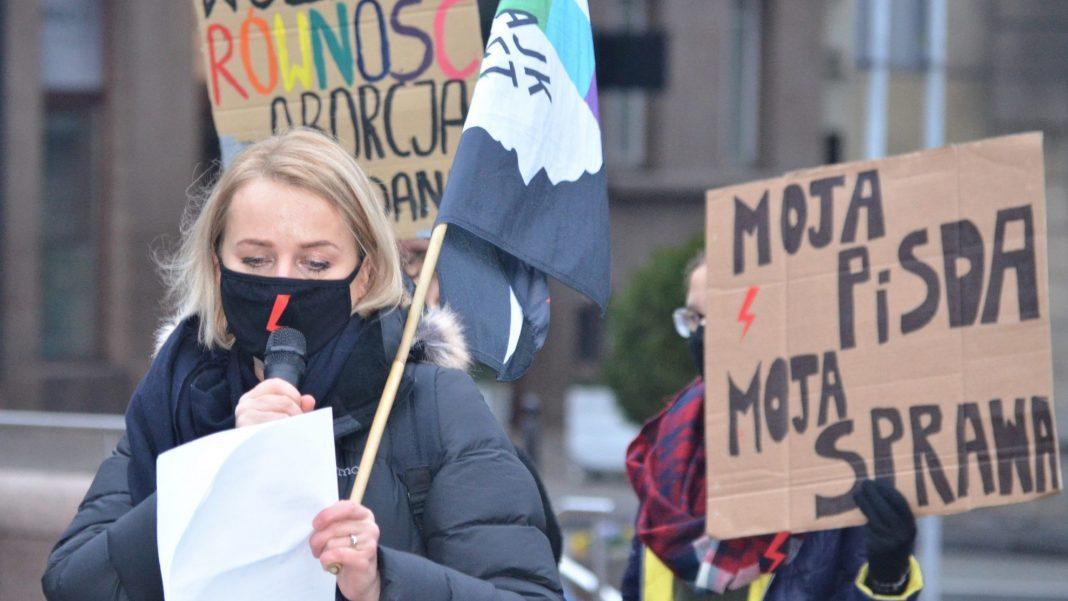 propolski.pl: Marta L. za kratami? Jest akt oskarżenia przeciwko liderce Strajku Kobiet