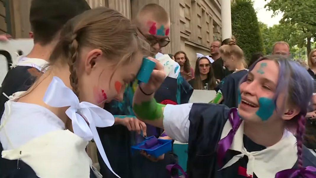 propolski.pl: Strajk Kobiet ośmiesza się przed resortem edukacji. Wulgarne okrzyki protestujących