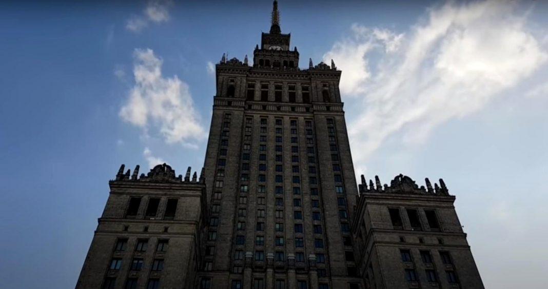 propolski.pl: 4-latek utknął na szczycie Pałacu Kultury