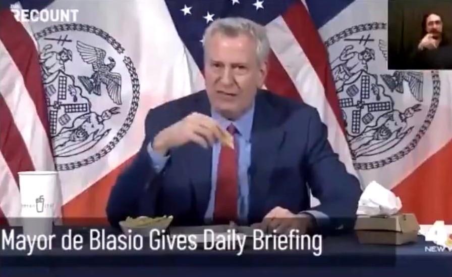 propolski.pl: Burmistrz Nowego Jorku wcina frytki i hamburgera, namawiając do przyjęcia szczypawki: