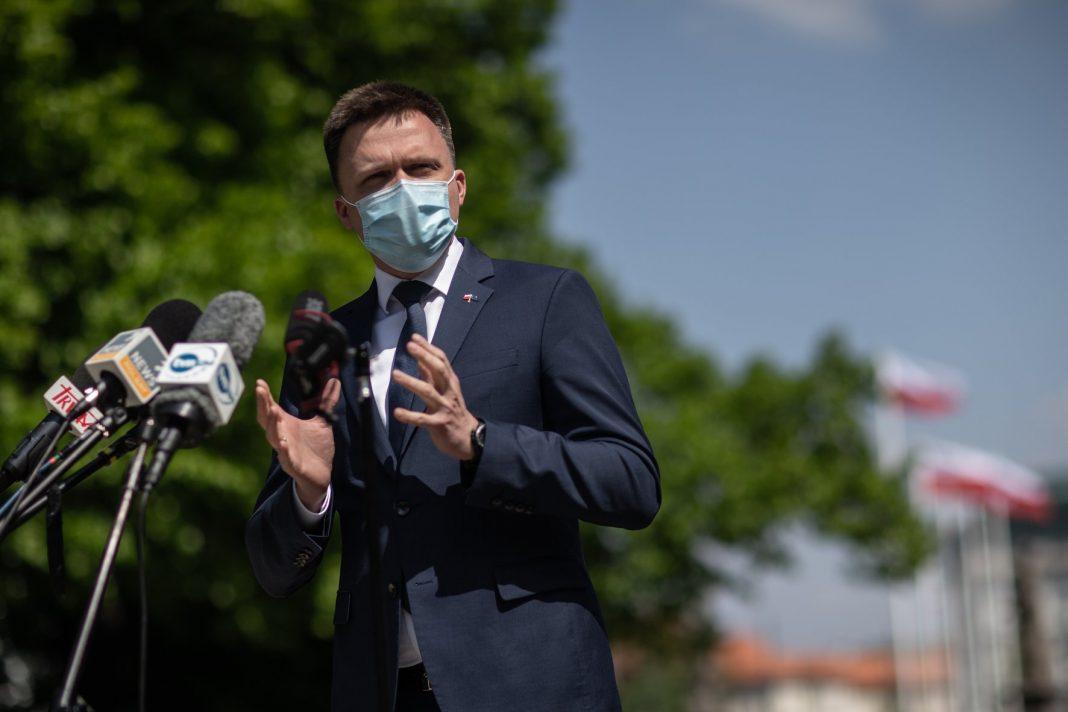 propolski.pl - Szymon Hołownia wszystkie dudabusy i tuskobusy mogą się schować, Szymon gestykuluje w maseczce