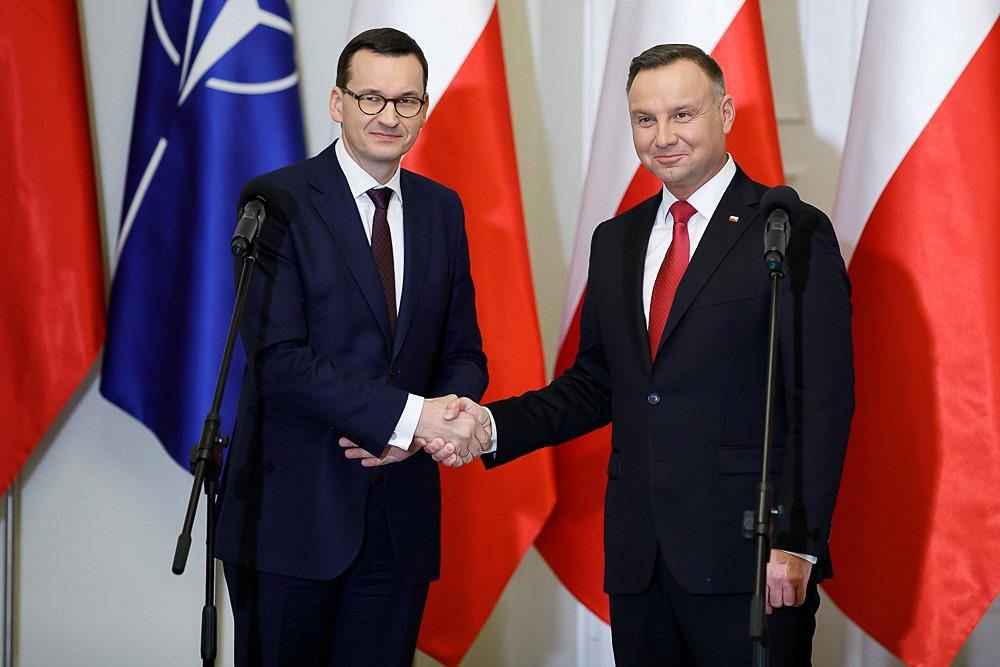 propolski.pl - Morawiecki i Andrzej Duda - uścisk dłoni - Nowy sondaż - PiS, utrzymuje się na prowadzeniu