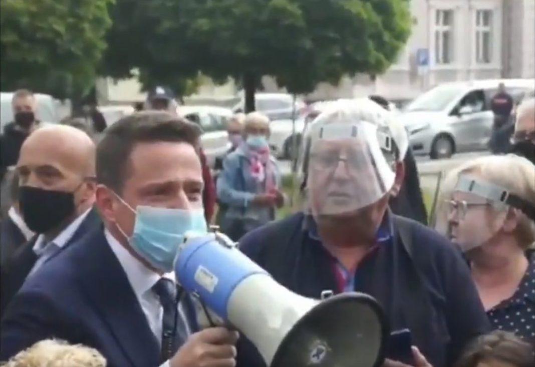 propolski.pl - Rafał Trzaskowski w Nowym Tomyśly, wygwizdany, stoi naprzeciw człowieka